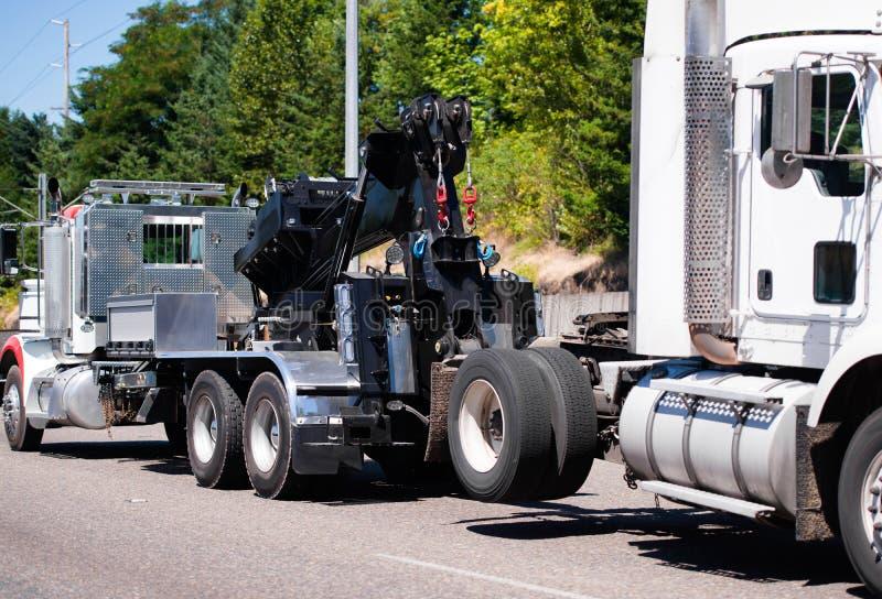 Grande trattore del camion dei semi del ather di rimorchio del camion dei semi di rimorchio dell'impianto di perforazione sul ro fotografie stock libere da diritti