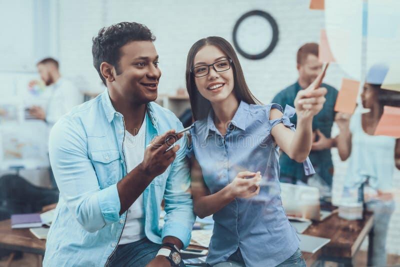 Grande ufficio luminoso progetto teamwork azienda immagini stock libere da diritti