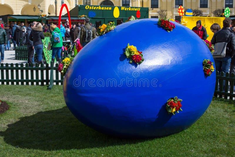 Grande uovo di Pasqua blu al mercato di festa di Vienna fotografia stock