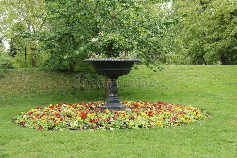 Grande urna do jardim imagem de stock royalty free