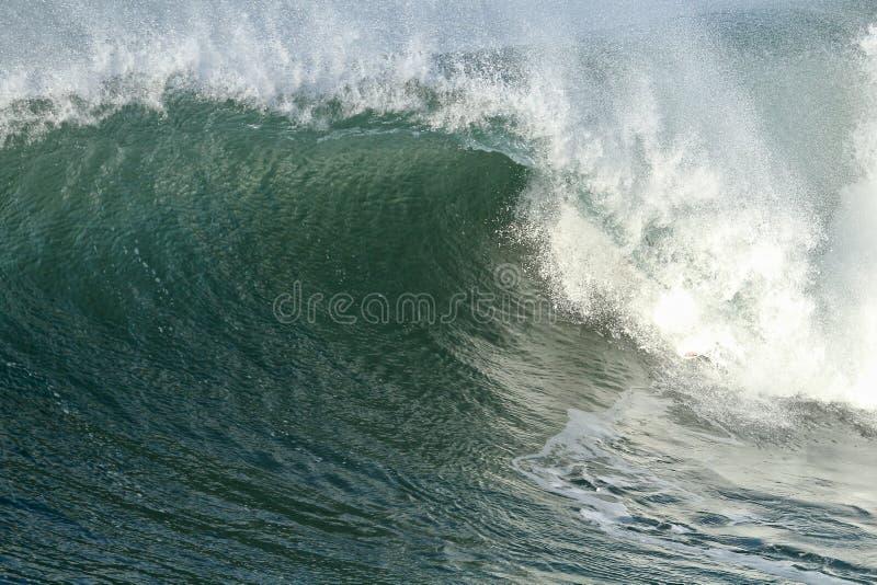 Grande vague se brisant dans l'océan photos libres de droits