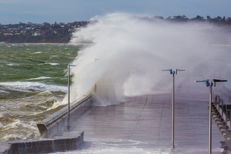 Grande vague se cassant au-dessus du pilier de Mornington photographie stock libre de droits