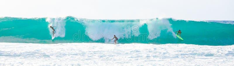 Grande vague surfant en Hawaï image libre de droits