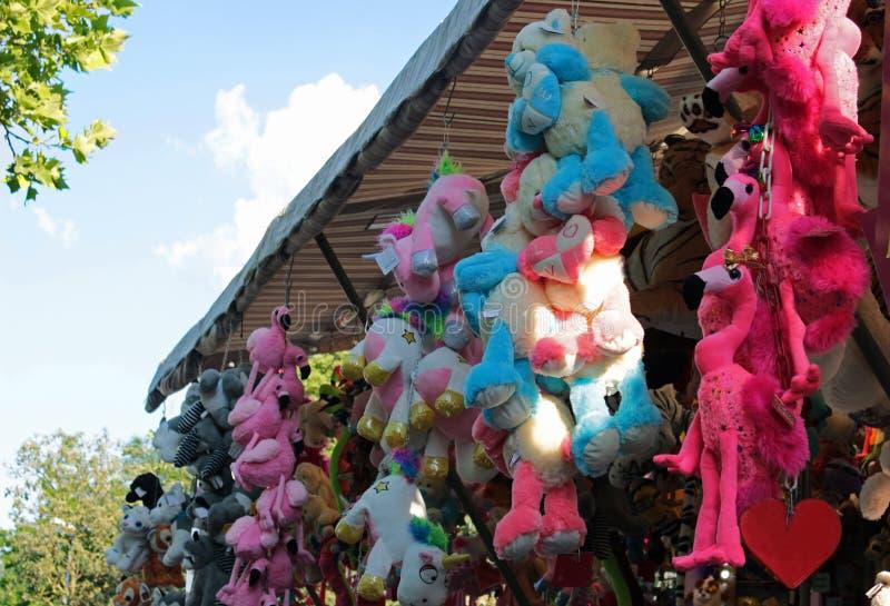 Grande variété de jouets câlins pendant du toit d'une loterie image stock