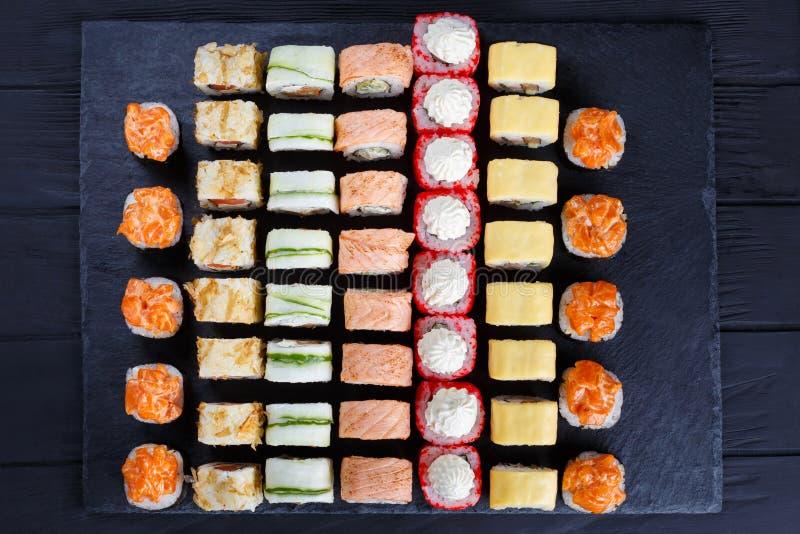 Grande variedade de rolos de sushi coloridos saborosos do maki Japonês imagem de stock royalty free