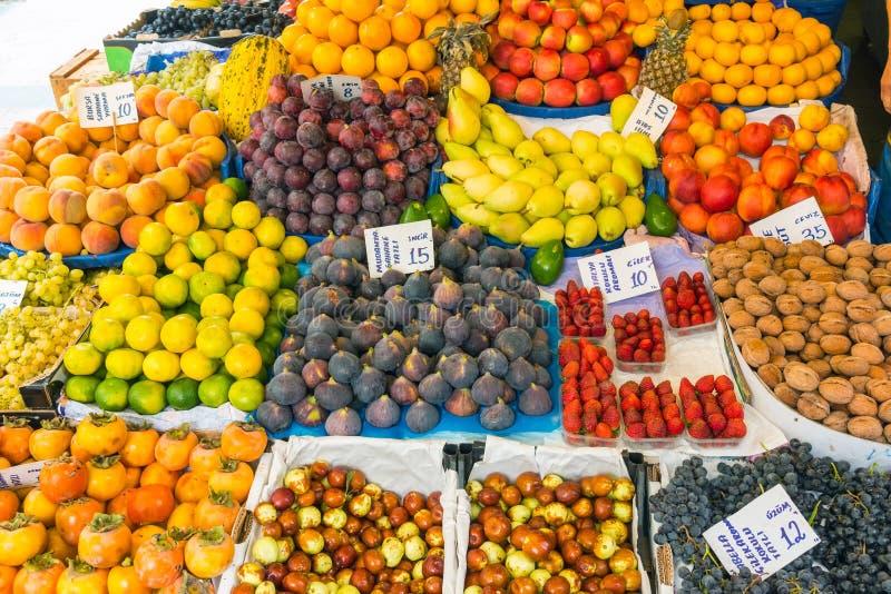 Grande varietà di frutti ad un mercato immagine stock