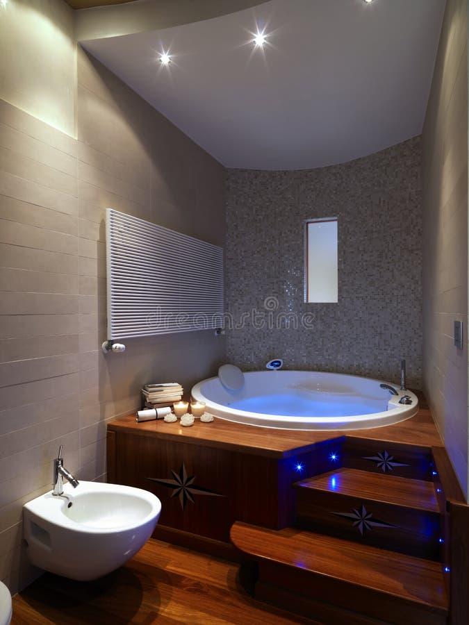 Grande vasca da bagno in stanza da bagno moderna fotografia stock immagine di nessuno - Vasca da bagno rotonda ...