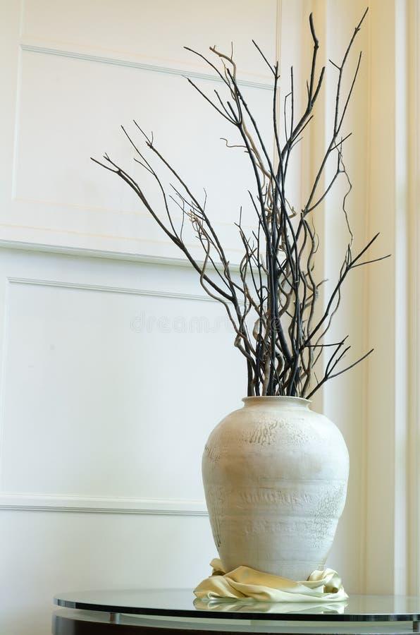 Grande vaso con i rami secchi fotografia stock immagine di decorazione pavimento 40419800 - Rami secchi decorativi ...