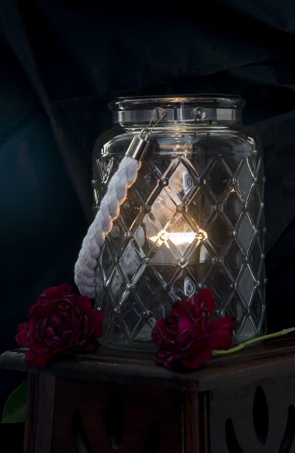 Grande vaso di vetro con una candela accesa immagini stock libere da diritti