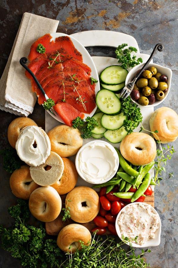 Grande vassoio della prima colazione con i bagel, il salmone affumicato e le verdure immagine stock libera da diritti