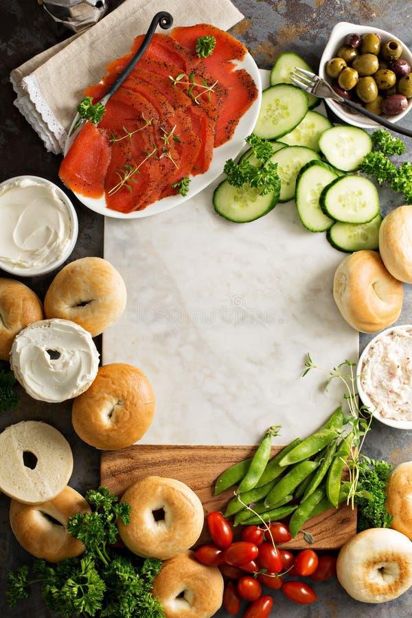 Grande vassoio della prima colazione con i bagel, il salmone affumicato e le verdure immagini stock