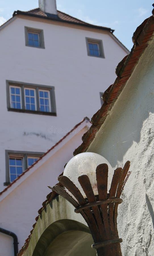 Grande vecchia costruzione con la lanterna antica nella priorità alta fotografia stock libera da diritti