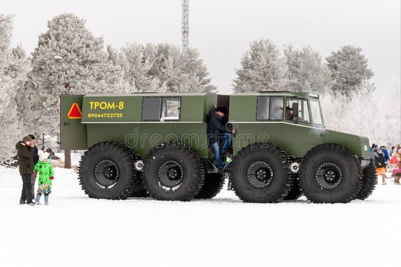 Grande veicolo per qualsiasi terreno - trasporto per movimento su terreno paludoso invalicabile fotografia stock libera da diritti