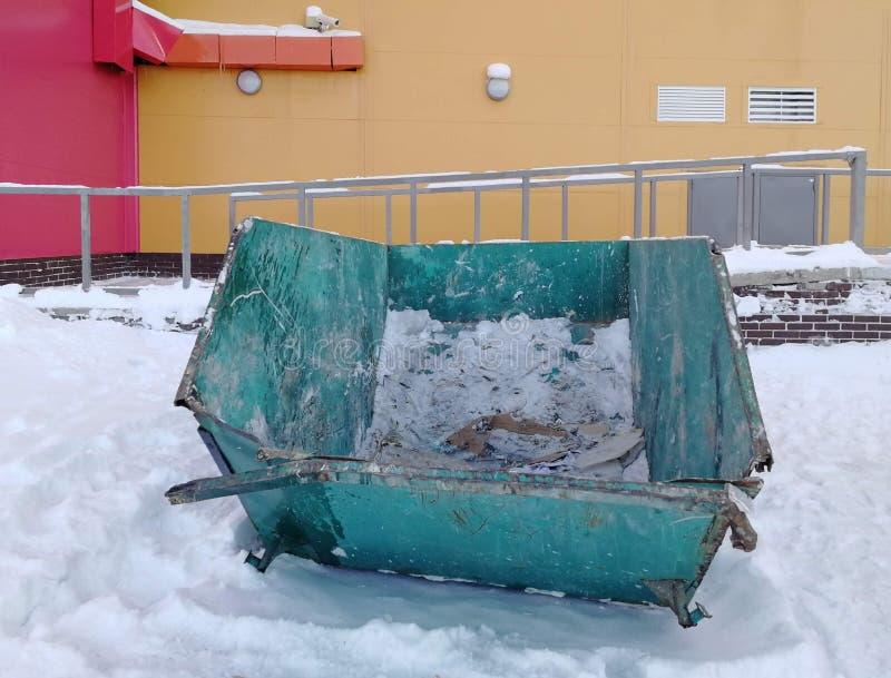 Grande verde e recipiente azul do lixo da carga perto de um shopping no inverno, Surgut, Rússia foto de stock