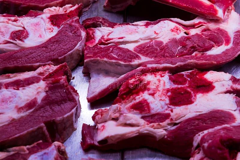 Grande viande fraîche dosée de bifteck crue avec des carcasses de coupe de boucher de boutique de conception de plan rapproché de photo libre de droits