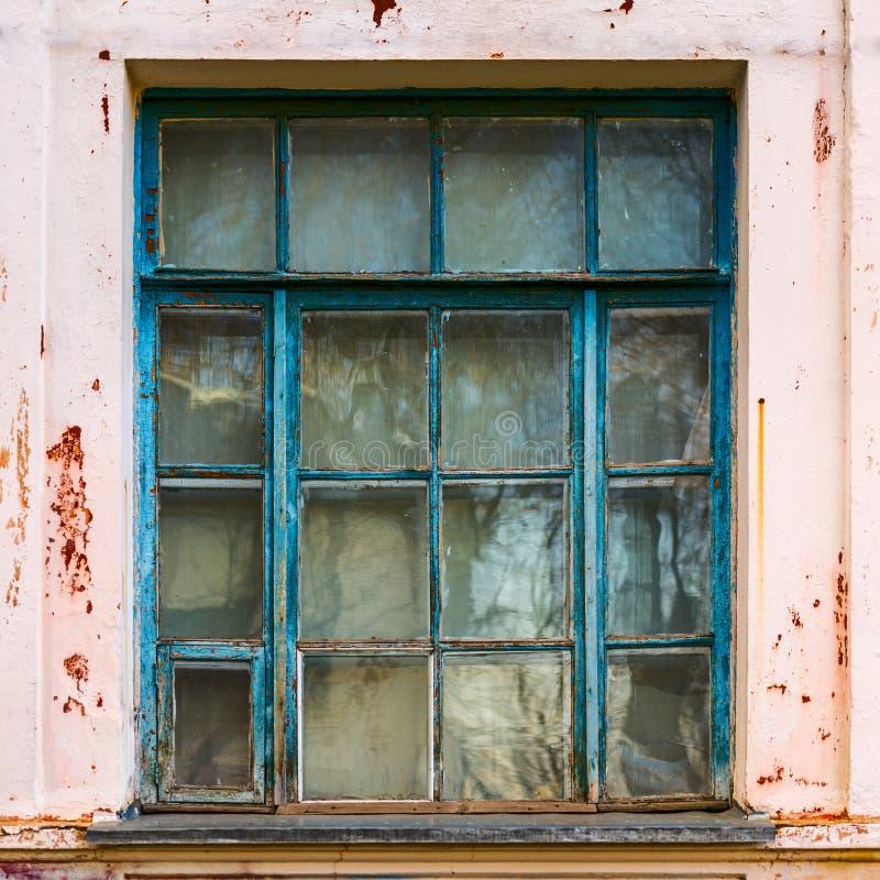 Grande vieille fenêtre en bois bleue images stock