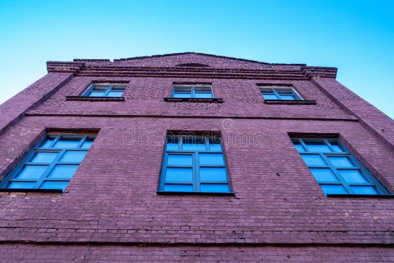 Grande vieille maison de brique, un bon nombre de fenêtres regardant dans le ciel photos libres de droits