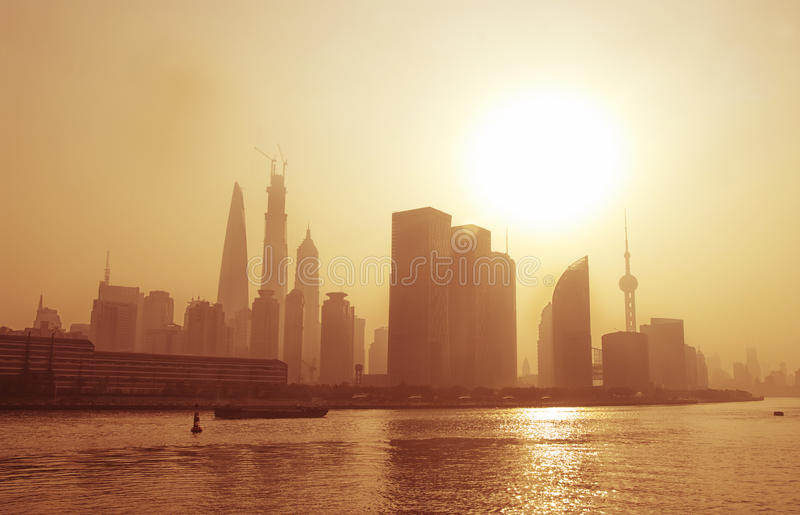 Grande ville dans le brouillard, Changhaï. photo stock