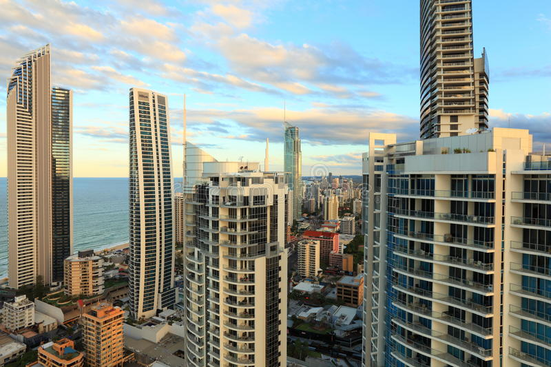 Grande ville par la mer au lever de soleil photo stock