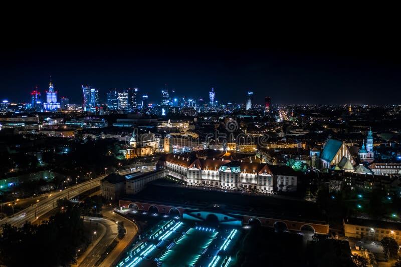 Grande visão panorâmica noturna do centro e da Cidade Velha de Varsóvia - Stare Miasto -, na margem direita do rio Vístula imagens de stock