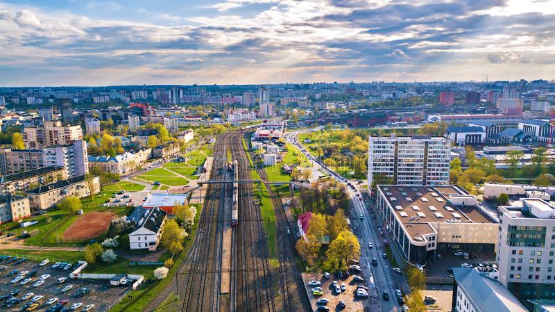 Grande vista aerea della molla della città Stazione ferroviaria Paesaggio urbano di Minsk fotografia stock