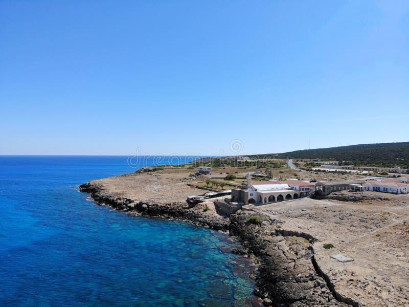 Grande vista aerea sul Cipro Vief aereo dal fuco Vacanza di estate, vita felice Montagne e mare fotografia stock libera da diritti