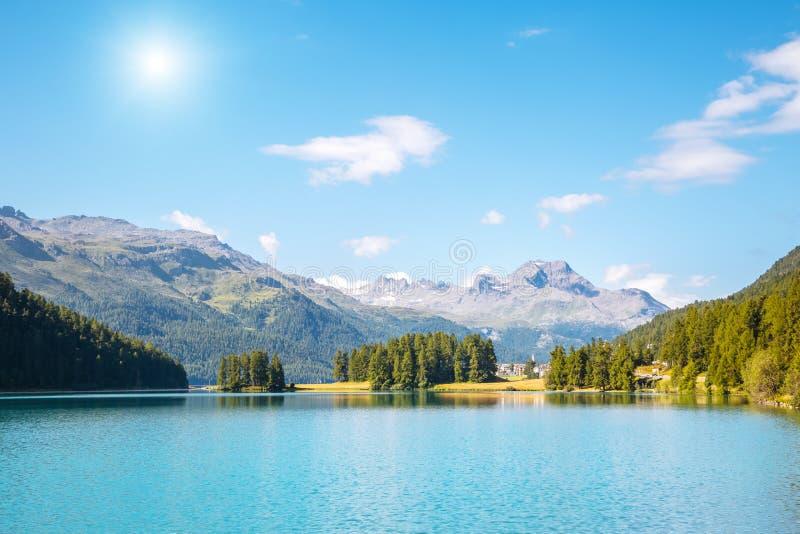 Grande vista da lagoa Champfer dos azuis celestes Cumes suíços do lugar, Silv fotografia de stock royalty free