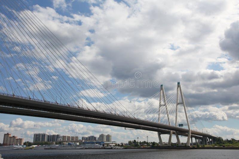 Grande vista del ponte di Obukhovsky (Cavo-restato) dalla Banca giusta del fiume di Neva dal giardino di Spartaco fotografie stock