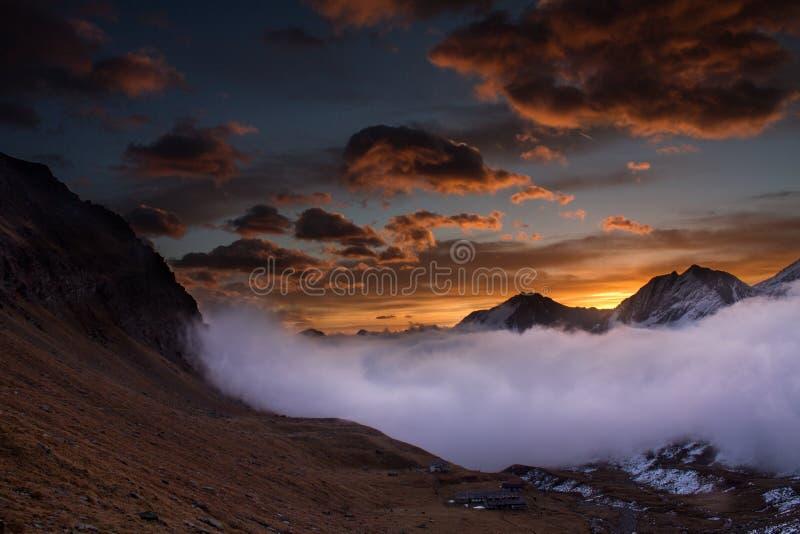 Grande vista della valle nebbiosa nel parco nazionale di Gran Paradiso, alpi, Italia, scena drammatica, bello mondo Autunno Colou fotografia stock