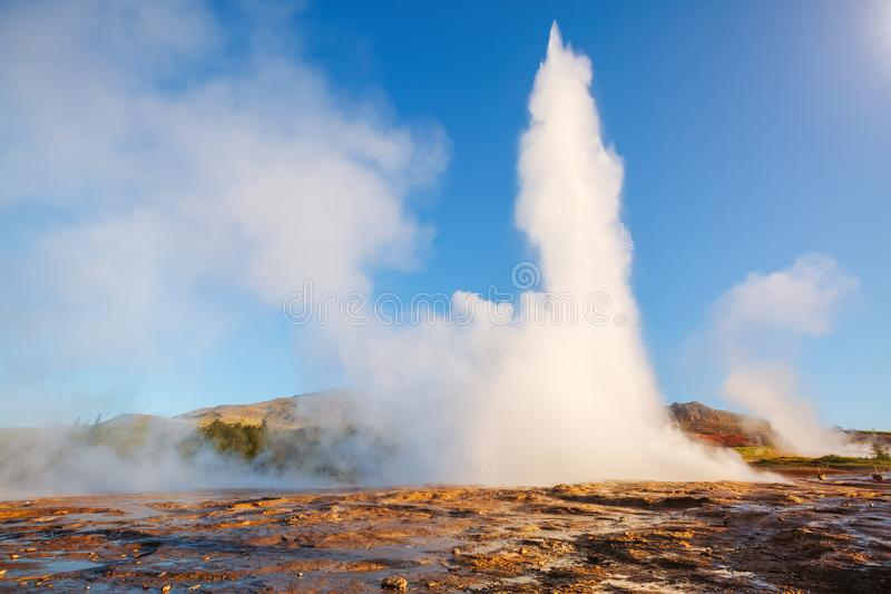 Grande vista do geyser de Strokkur Parque do geyser do lugar do lugar, Hvita fotos de stock