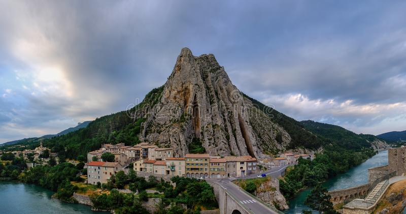 Grande vista panorâmica mesma de Sisteron no rio do Durance, Rocher de la Baume oposto à cidade velha france foto de stock