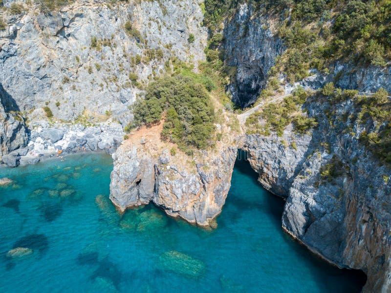 Grande voûte, vue aérienne, roche de voûte, Arco Magno et plage, San Nicola Arcella, province de Cosenza, Calabre, Italie photo libre de droits