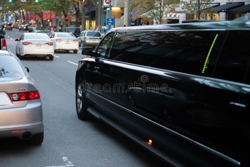 Grande voiture noire de limousine sur la rue image stock