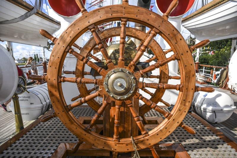 Grande volante di legno sull'yacht di navigazione fotografie stock libere da diritti