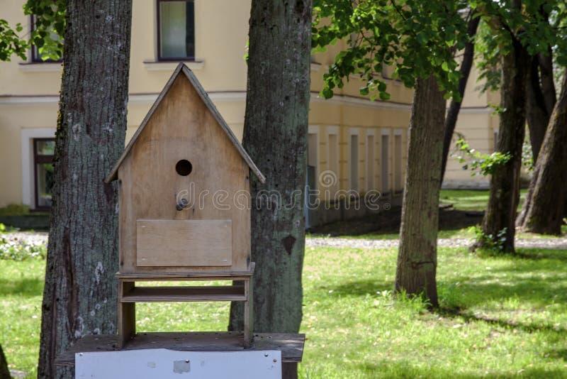 Grande volière des planches en bois pour des oiseaux en parc photo libre de droits