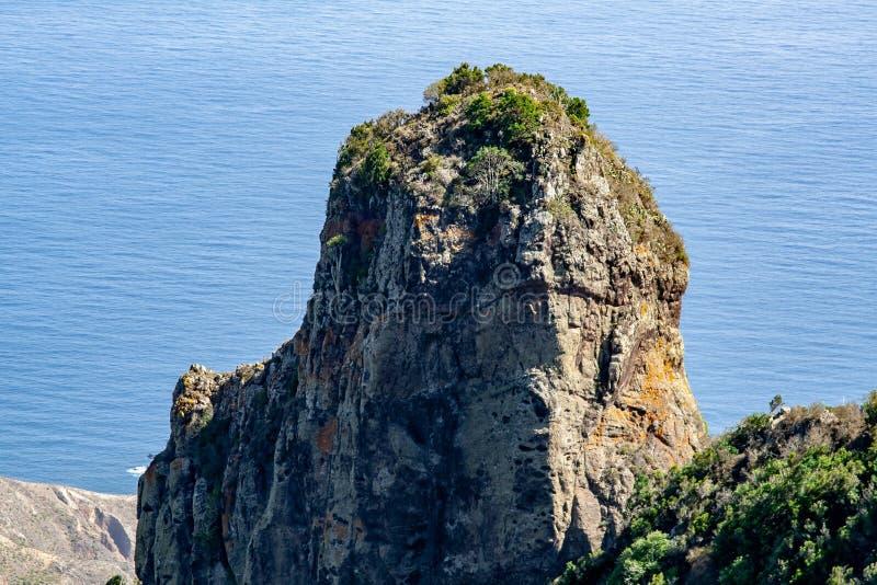 Grande vue à une grande roche image stock