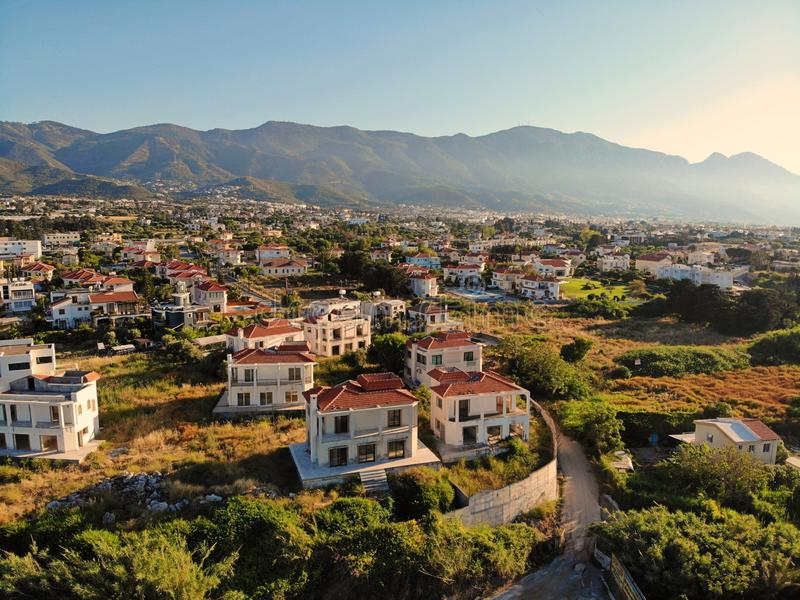 Grande vue aérienne sur la Chypre Vief aérien de bourdon Vacances d'été, la vie heureuse Montagnes et mer photos libres de droits