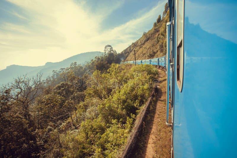 Grande vue avec le train allant de vitesse au-dessus des collines vertes de Sri Lanka images libres de droits