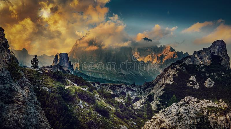 Grande vue de coucher du soleil de Tofana di Rozes supérieur et de Ra de Cinque Torri images stock