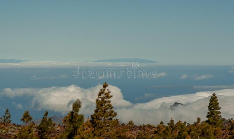 Grande vue de la montagne au-dessus de la mer photos libres de droits