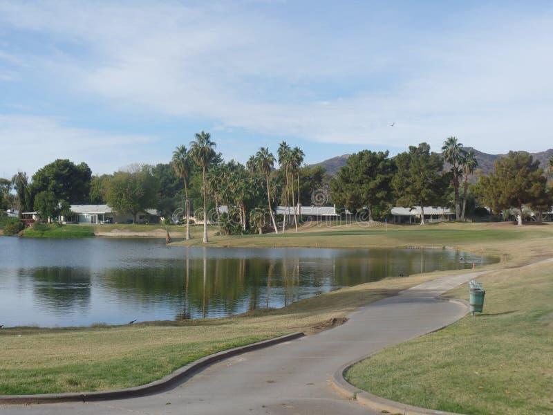 Grande vue jouante au golf des montagnes et de l'eau photos libres de droits