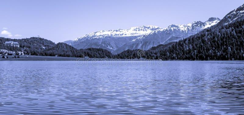 Grande vue sur la montagne avec la mer photographie stock