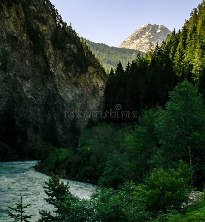 Grande vue sur la montagne et la rivière photographie stock libre de droits