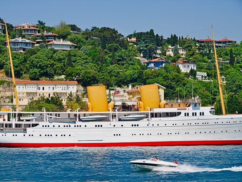 Grande yacht bianco di lusso allo stretto del Bosforo immagini stock libere da diritti