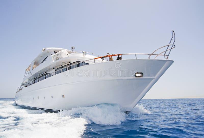 Grande yacht del motore in corso in mare fotografia stock libera da diritti