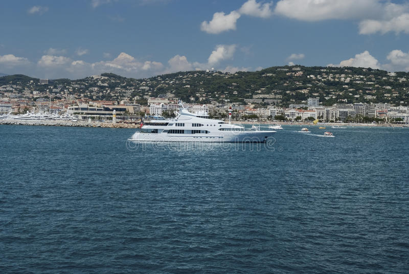 Grande yacht eccellente ancorato a Monte Carlo immagini stock