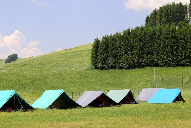 Grandes barracas a dormir durante o acampamento de verão na montanha imagem de stock