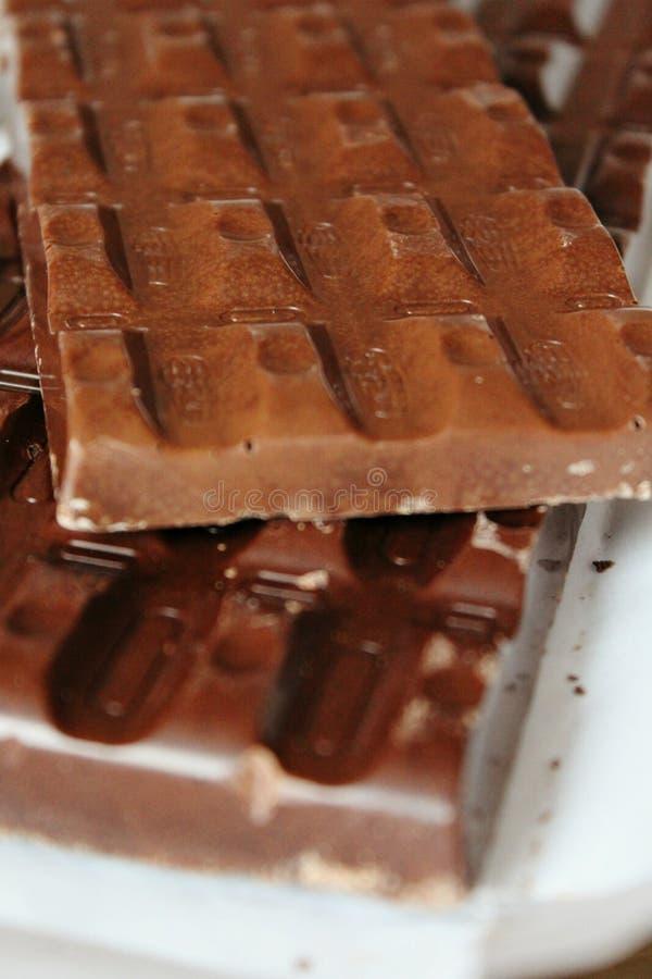 Grandes barres de chocolat brunes de plan rapproché rectangulaire de forme comme fond images stock