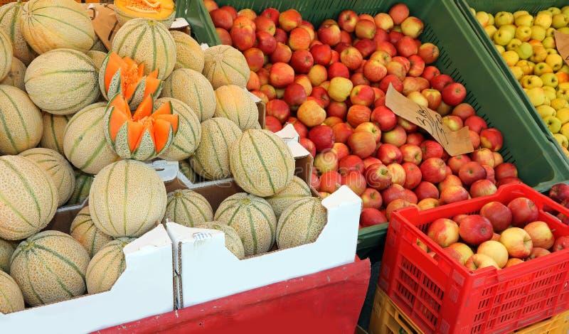 Grandes bo?tes pleines des pommes et des melons photographie stock
