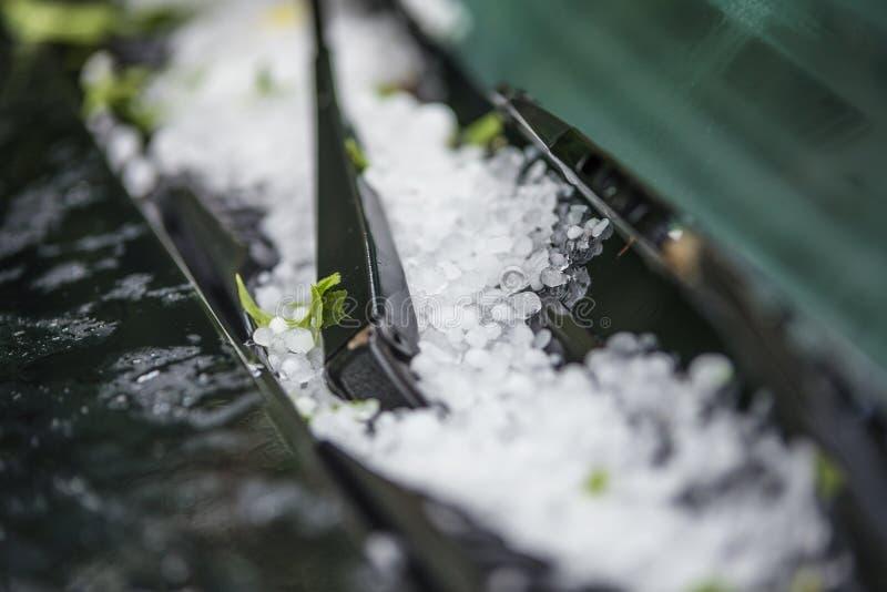 Grandes bolas de gelo da saraiva na capa do carro imagem de stock royalty free